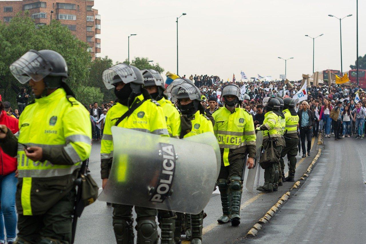 Policia Colombiana acompañando protesta