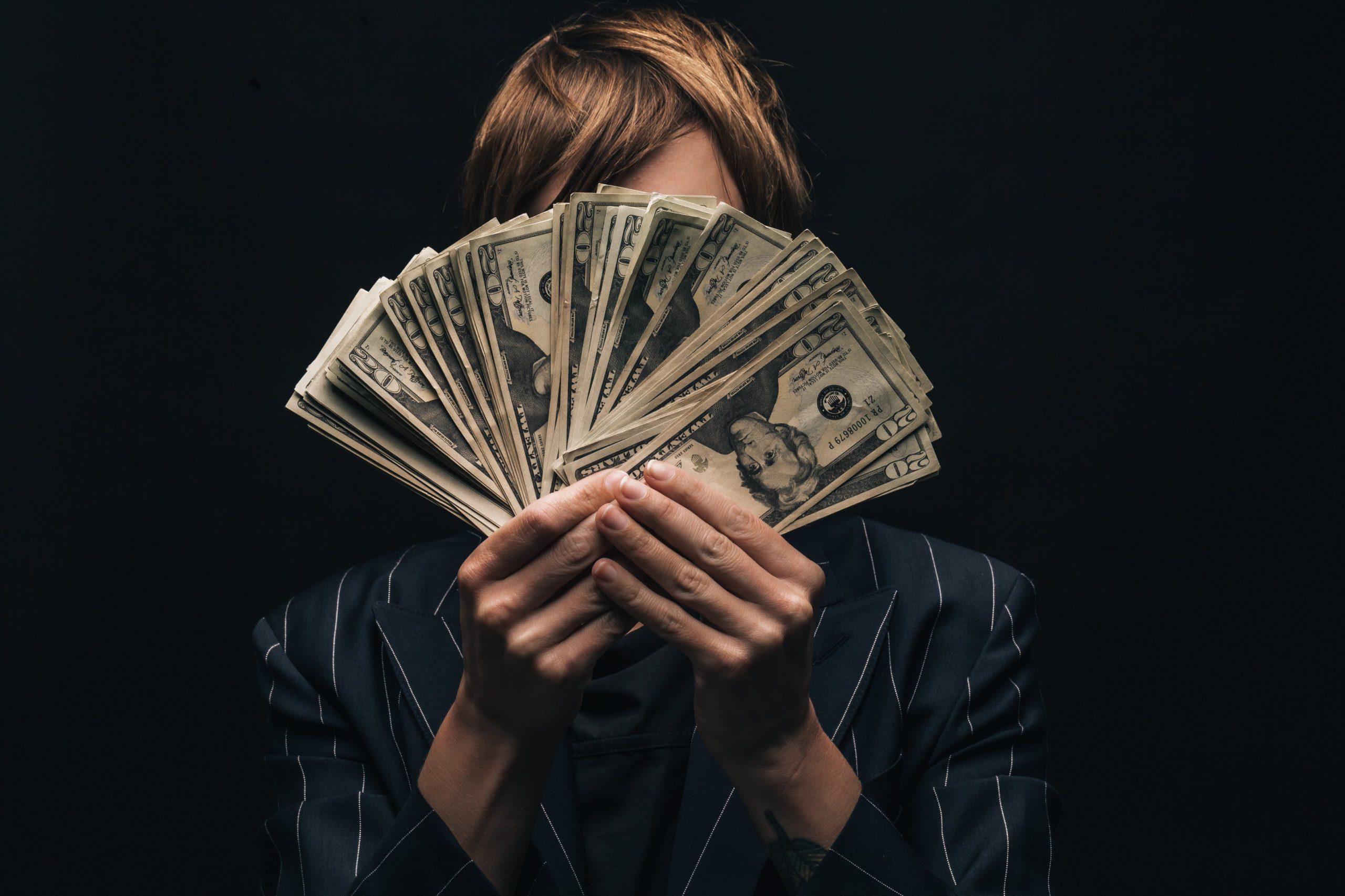 Persona se esconde detràs de billetes